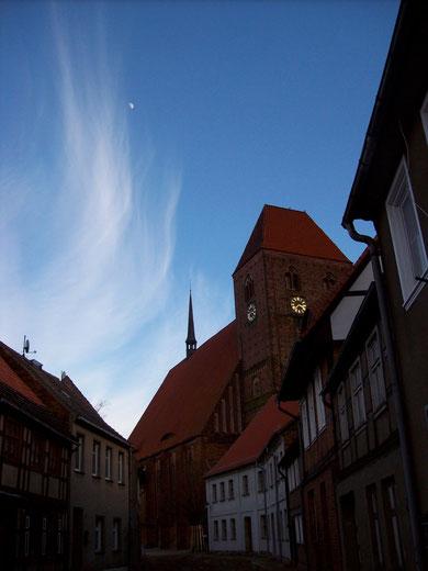 St. Johanniskirche in der Abenddämmerung von der Fabianstraße aus gesehen