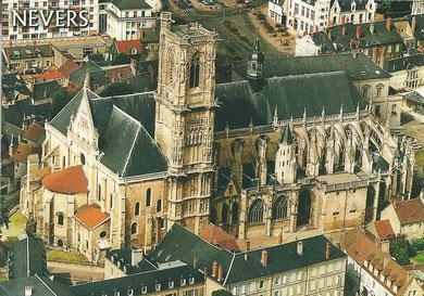Cathédrale St Cyr et Ste Julitte (Xe=>XVIes) dont la particularité est d'avoir une abside romane à l'ouest et gothique à l'est