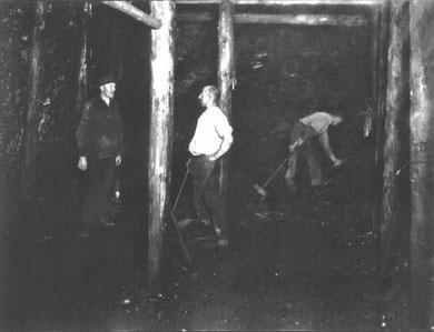 Bergleute beim Abbau eines Kohlepfeilers
