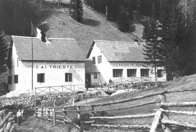 Das Rifugio Deffar wurde bereits 1925 an etwas anderer Stelle erbaut und 1949 erneuert, hier eine Aufnahme um aus den 1950er Jahren