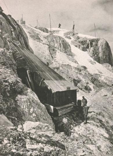 """So sah es im Frühjahr 1917 auf dem Wischberg aus. Die im 1. Weltkrieg berühmt gewordene """"Scotti-Hütte"""" am Gipfel des Wischberg."""