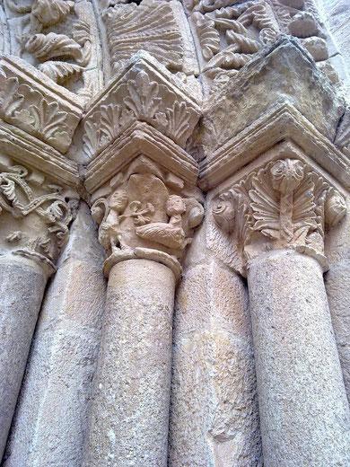 Capiteles bajo las famosas arquivoltas de la iglesa de Sta María Magdalena (siglos XII y XIII), también en la ciudad de Zamora