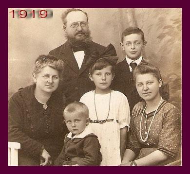 Großeltern mit den Kindern, vorne mein Vater
