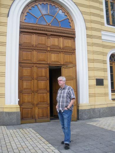 Der deutsche Pastor Ralf Haska vor der ev.-luth. Kirche St. Katharina in Kiew. Bild: Stefan Korinth