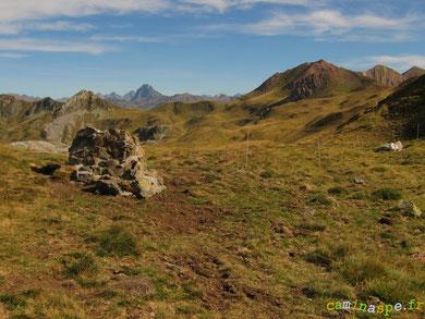 Le Col de La Cuarde, versant français. Au premier plan, la stèle des évadés