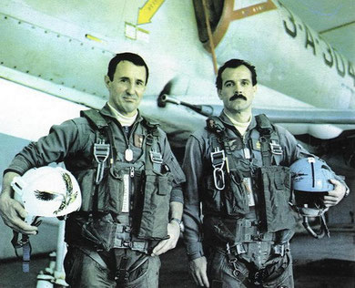 El Capitan de Navio Jose Arca(derecha) junto al Capitan Phillipi
