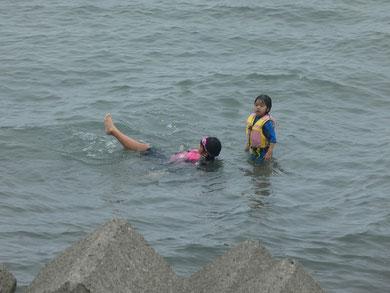 潮が引かない内から泳いでます。