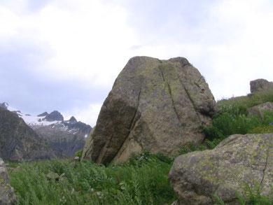 岩の上に寝そべってみたり。