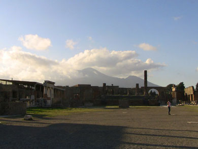 神殿広場。ヴェスビオ火山がそびえます。