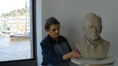 Bei der Arbeit am Portrait Wolfgang Stendar
