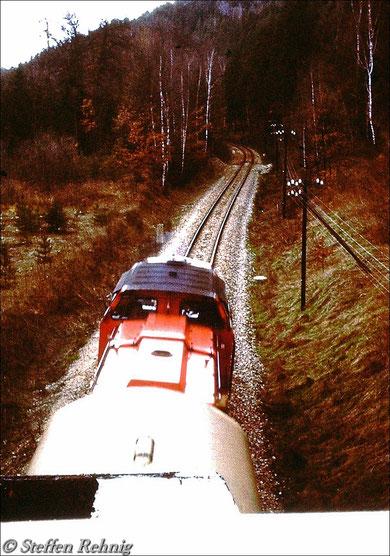 Personenzug von Weischlitz nach Gera unter der Rohrbrücke zwischen Berga/Elster und Wünschendorf (1983)