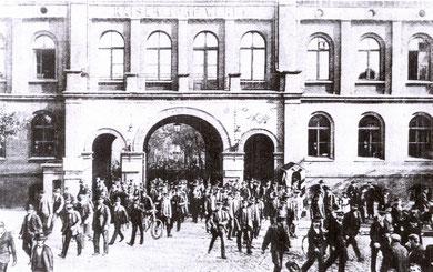Der Hauptausgang der Kaiserlichen Werft 1912 (Foto: Kieler Stadtarchiv)
