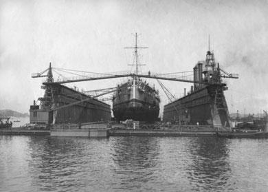 """40000 t = Schwimmdock der Kaiserlichen Werft Kiel 1921 mit Linienschiff """"Helgoland""""  (Erbaut von der Howaldtwerft zu Kiel) (Quelle: Deutsches Bundesarchiv)"""
