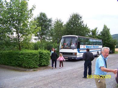 Betreuerin Tatjana hat den Bus als Erste verlassen