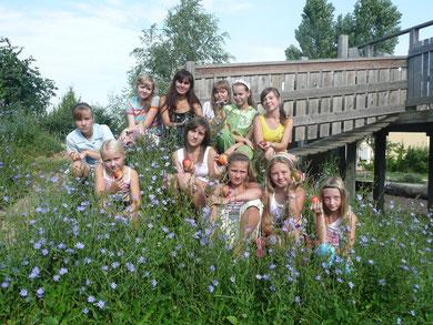Tschernobylkinder auf dem schönen Gelände der Waldorfschule inmitten der Wegwarten