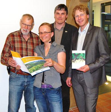 NABU-Niedersachsen Regionaltagung am 31. Mai 2011 in Lohne: v.l. Siegfried Tilgner, Michaela Südbeck, Ludger Frye (alle vom Vorstand des NABU Lohne) und der Landesvorsitzende des NABU Niedersachsen Dr. Holger Buschmann (re.); Foto: NABU 2011
