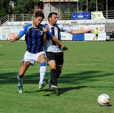 De Matteis contrastato da un difensore bianconero
