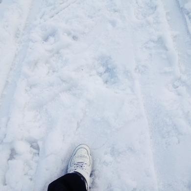 足元の雪ザラメ