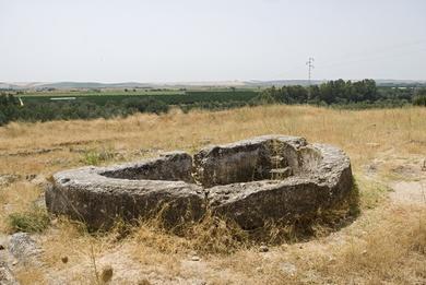 Piscina semicircular en el yacimiento arqueológico de Celti