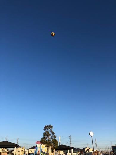 自転車練習の合間には、娘とバレーボールも。真っ青な空が最高に気持ちよかった!