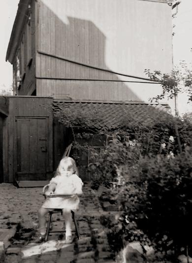 Bettina Heinen-Ayech (1937-2020) als Kind vor dem Roten Haus, ca. 1939