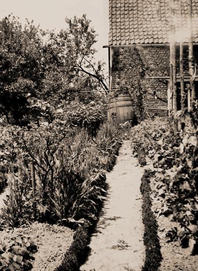 """Historisches Foto des Künstlergartens der Künstlerkolonie zum """" Schwarzen Haus"""" zu Solingen,  beim alten Pumpenhaus des Bleibergwerkes, ca. 1946"""