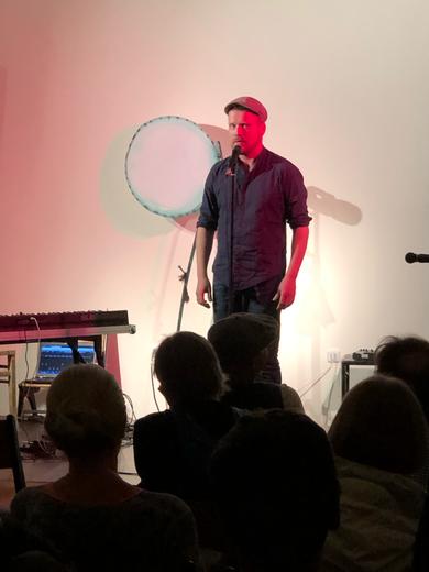 Florian Hacke am 21.9.19 im KIME Bühnenraum