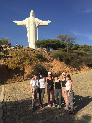 L'équipe Totem devant l'emblème de Cochabamba : Le Cristo de la Concordia
