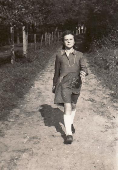 """Bettina in Solingen beim """"Schwarzen Haus"""", 1947"""