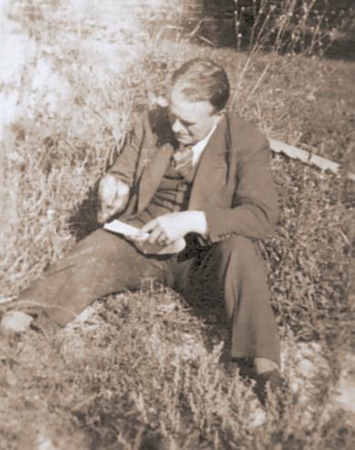 """Erwin Bowien am Zeichnen im Garten des """"Schwarzen Hauses"""", 1946"""