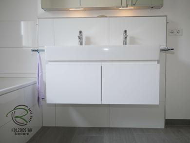 Wandhängender Waschtischunterschrank in weiß Hochglanz mit umlaufender, weißer Griffleiste & zwei Schubladen, Waschbeckenunterschrank für Doppel-Aufsatzbecken