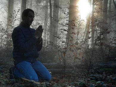 Marcel Christen mit Anjali Mudra. Die Sonne scheint über der Nebeldecke. Yogalehrer bei Tridosha Yogaschule Horgen.