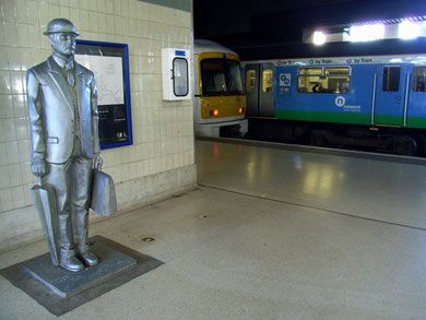 'The Commuter' statue by John McKenna at Snow Hill Station unveiled in 1996.