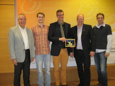 Der damalige Vorstand der Sportjugend mit einem Bild des thailändischen Glasmalkünstlers Sayon Kaew Lerng: Karl-Heinz Steinmann (von links), Yanneck Keßel, Hajo Rosenbrock, Thomas Dyszack und Arne Labitzke