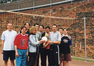 Wolfsburger Sozialsportler in der JVA Wolfenbüttel beim Volleyball mit Oliver Grau (3. von rechts)