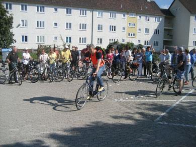 Sozialradlerinnen und Sozialradler der CVJM-Weltdienstgruppe beim letztjährgen Start der Fahrradsponsorenrundfahrt