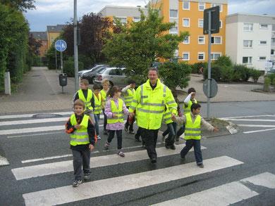 Da macht Verkehrserziehung Spaß: Rainer Stapel überquert mit seinen jungen  Schützlingen die Dessauer Straße vorschriftsmäßig auf dem Zebrastreifen