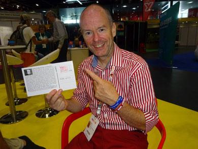 Der Präsident des eurokpäischen YMCA, Mika Will, mit der YMCA-Postkarte