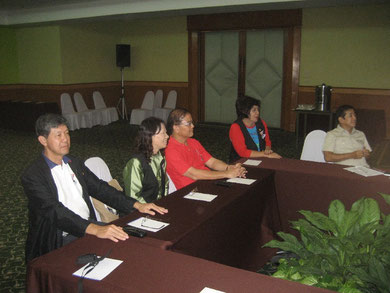 Teilnehmerinnen und Teilnehmer aus Chiang Mai hören aufmerksam zu