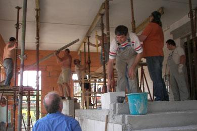 Kräftig in die Hände gespuckt: Mitglieder der Freien Evangelischen Gemeinde bauen den Vorbau neu