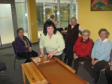 Elisabeth Streich beim Jakkolo. Gespannt schauen einige Seniorinnen zu.