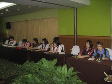 Teilnehmerinnen aus Chiang Mai arbeiten voll mit