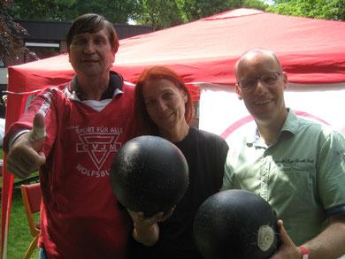 """Heike Scharf (Mitte) umrahmt von Friedemann Hönsch (rechts) und Manfred Wille mit dem """"Willeball"""""""
