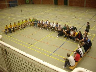 Teilnehmerinnen und Teilnehmer beim Volleyall-Oldie-Turnier 2011 bei der Begrüßung und Sportandacht