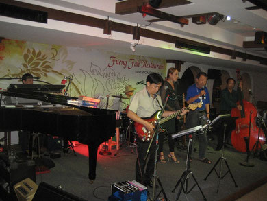 Good Days Band: Pongpan Rungrasri (left), Jude Karumpad, Worasak Tayapong, Siriwan Yimsara, ein Gast und Chan Yimsara