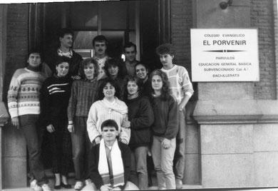 """Spanier und Deutsche der ersten Reisegruppe am Eingang der evangelischen Schule """"El Porvenir"""""""