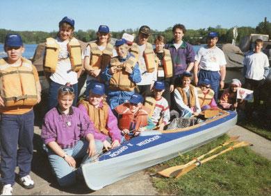 Schülerinnen und Schüler aus Havelberg, Sulingen und Wolfsburg bei ihrer Paddeltour für die Deutsche Einheit 1990. Stehend zweiter von rechts: Klaus Lemme. Daneben links Hans-Jürgen Wille