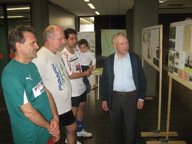 Robert Fischer (rechts) im Gespräch mit Hobbyvolleyballern