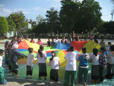 Der Lehrer Nui (im Hintergrund) ist voll begeistert über die freizeitsportliche Aktion