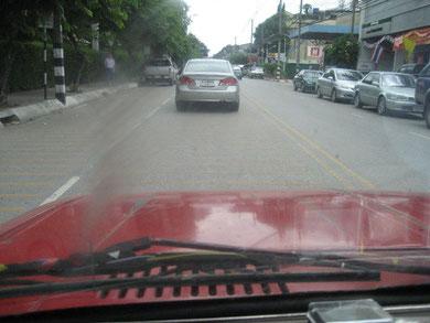 Erhöhen gelbe Streifen auf der Fahrbahn die Sicherheit von Fußgängern?
